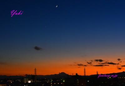 富士山の上に三日月と金星